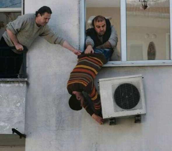 Humor en la arquitectura. Instalando el aire acondicionado
