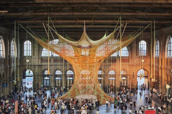 El árbol que lleva la Amazonia a la estación de trenes de Zúrich