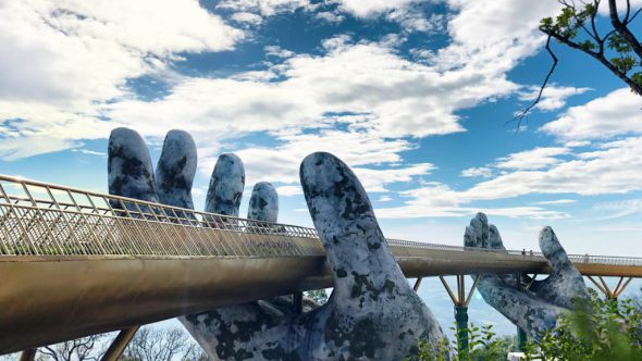 Puente vietnamita sostenido por dos manos gigantes