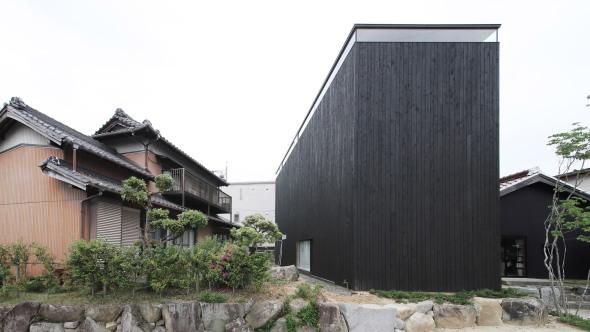 Casa japonesa diseñada a partir de dos escalas