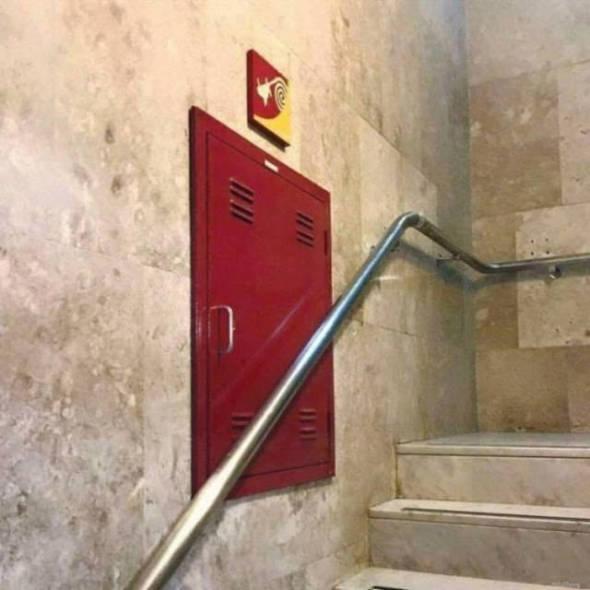 Humor en la arquitectura. Edificio contra incendios